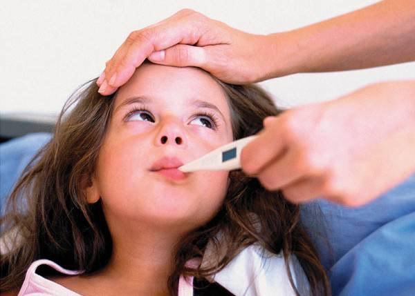 Ребенок с градусником во рту
