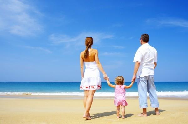 Семья на фоне моря.